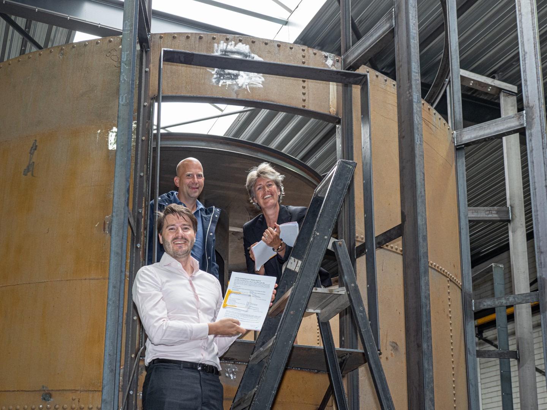 2021 Castricum watertoren Ondertekening Huurovereenkomst - vlnr Jeroen Ketting (BOEi), Peter Ramp (KDC), Willemieke de Waal (KDC)